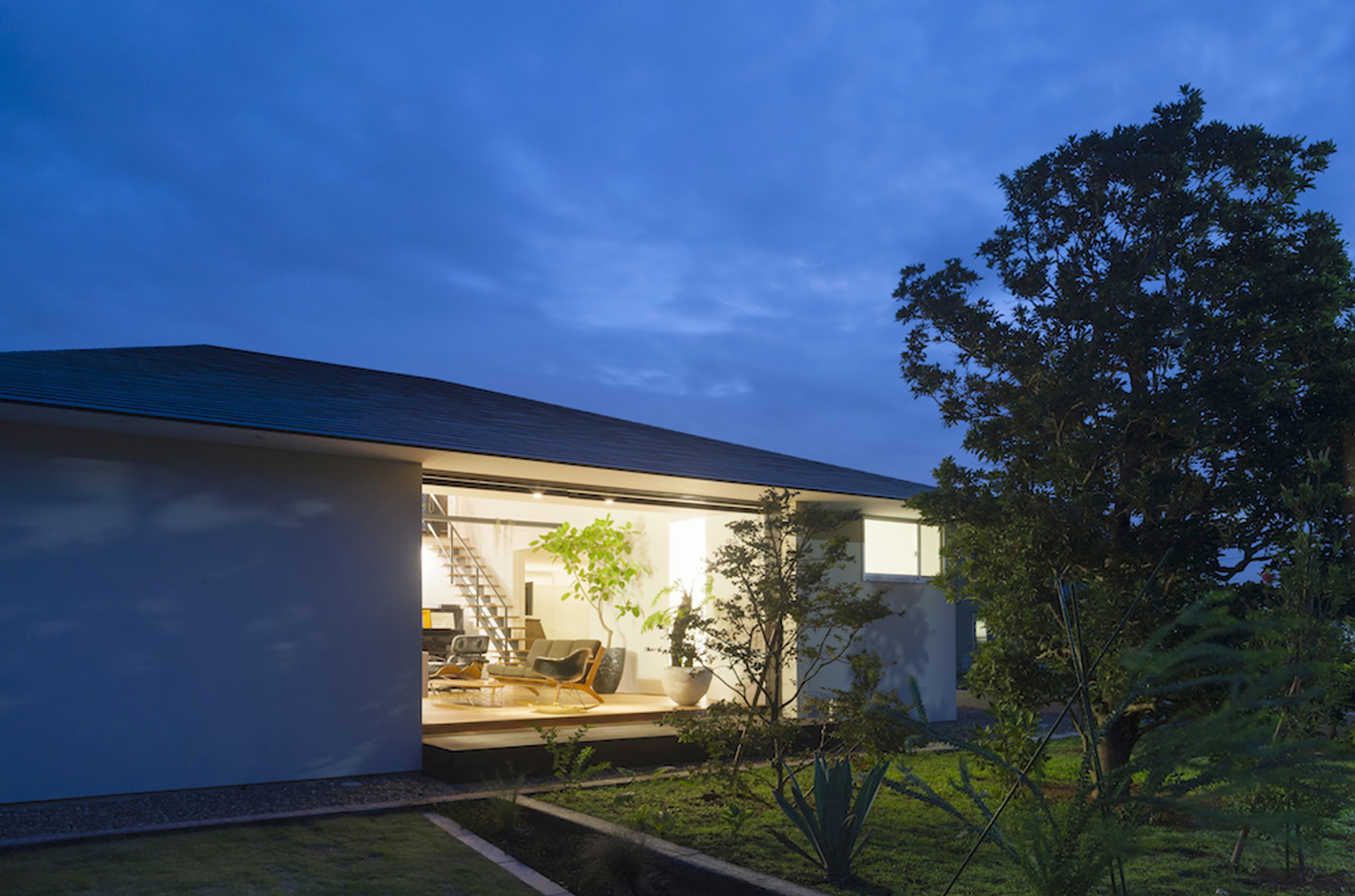52eb1e00e8e44e2dbe00009b_house-with-a-large-hipped-roof-naoi-architecture-design-office_housewithlhr_07