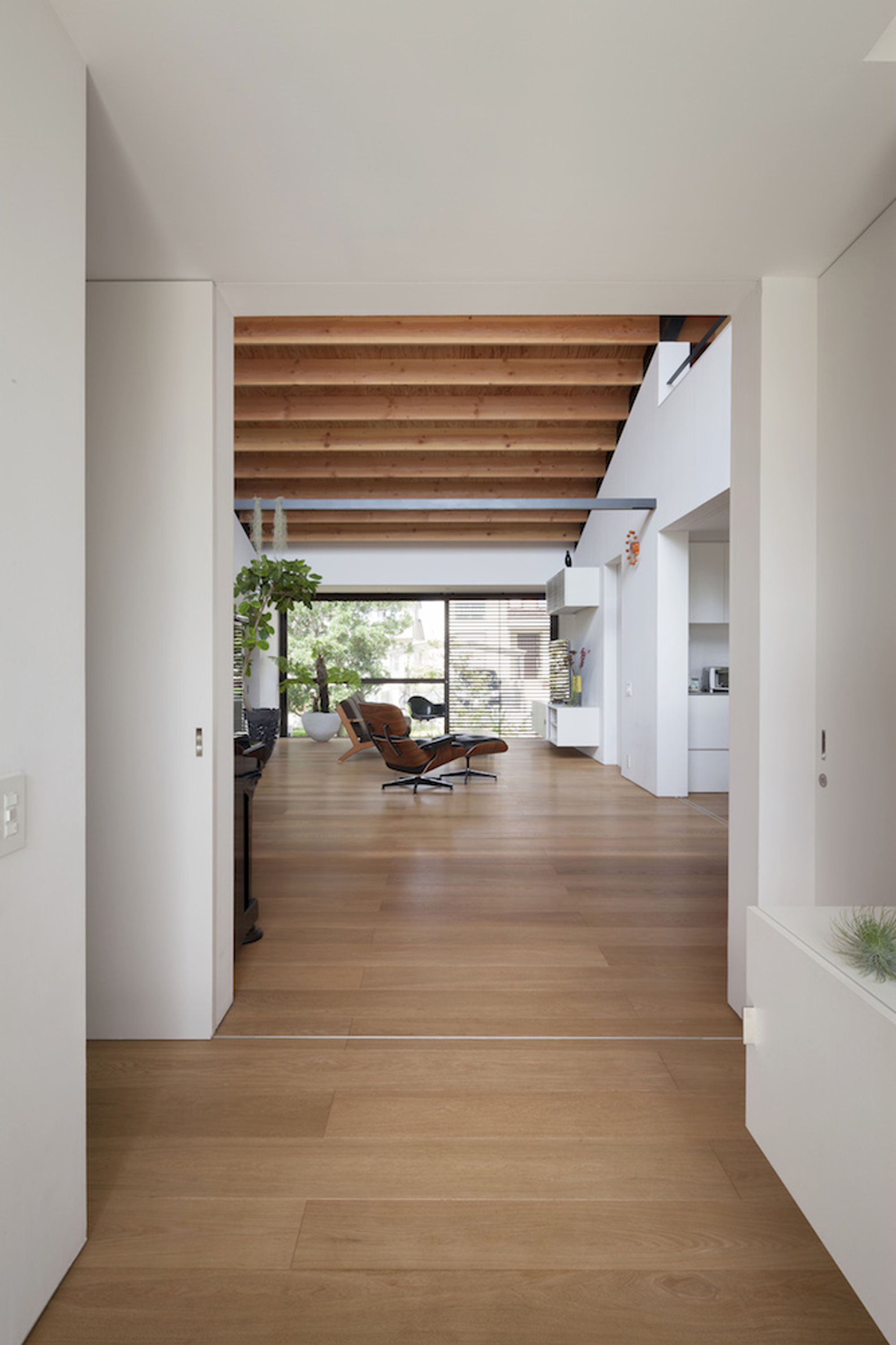 52eb1e82e8e44e981a0000a3_house-with-a-large-hipped-roof-naoi-architecture-design-office_housewithlhr_16