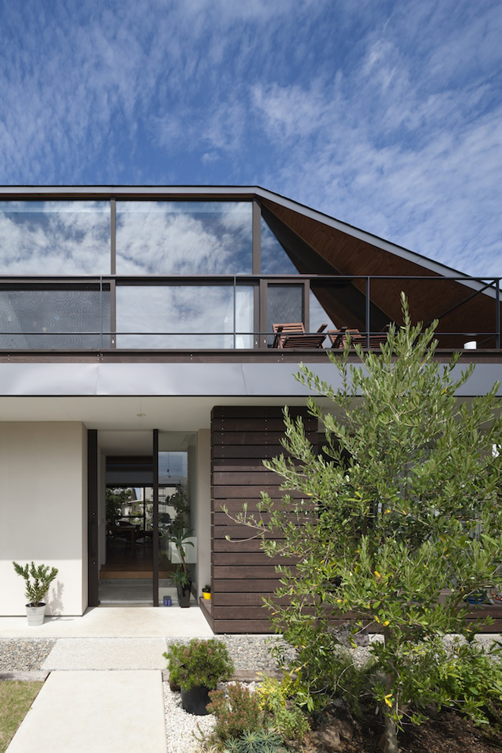 52eb1e8ce8e44e29ae000099_house-with-a-large-hipped-roof-naoi-architecture-design-office_housewithlhr_13