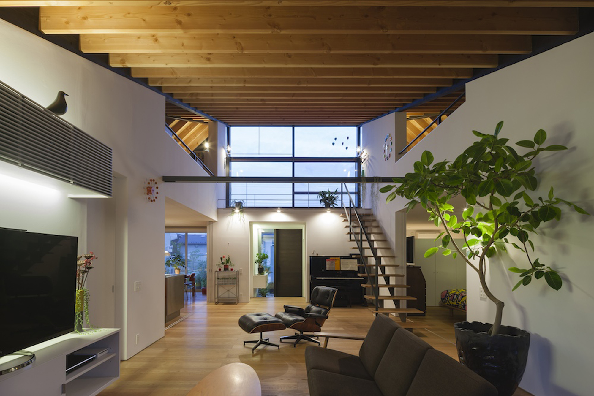 52eb1efae8e44e981a0000a4_house-with-a-large-hipped-roof-naoi-architecture-design-office_housewithlhr_22