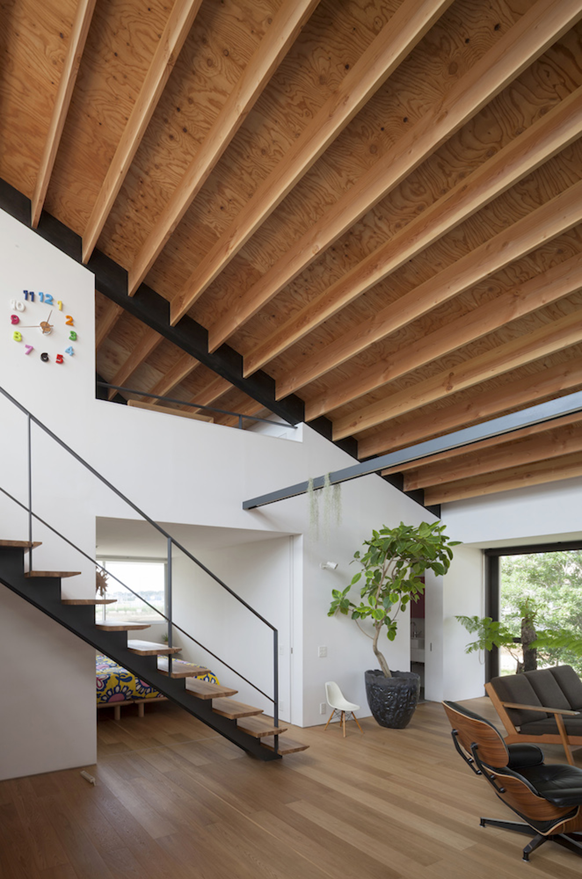 52eb1f57e8e44e29ae00009a_house-with-a-large-hipped-roof-naoi-architecture-design-office_housewithlhr_23