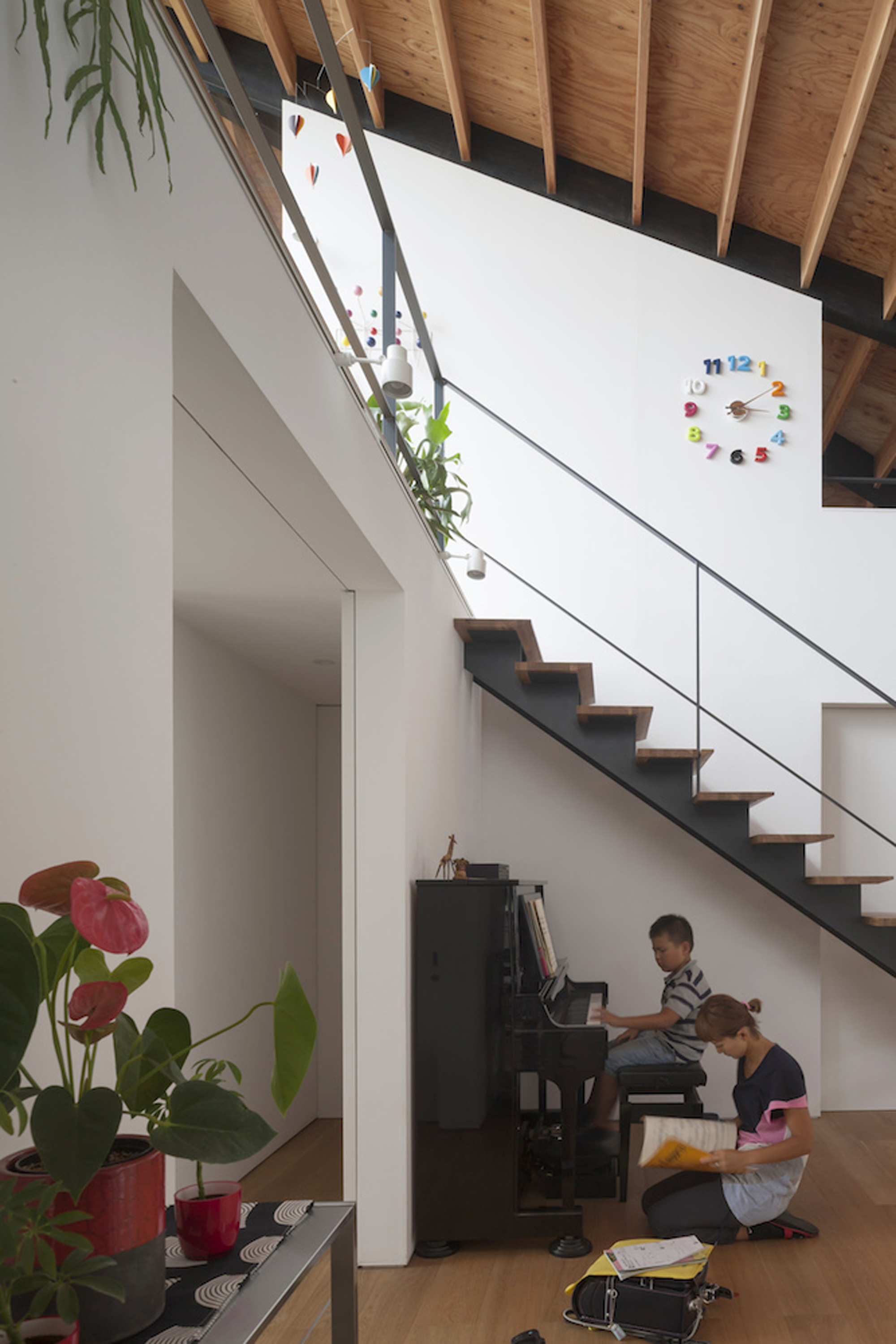 52eb1f64e8e44e2dbe00009d_house-with-a-large-hipped-roof-naoi-architecture-design-office_housewithlhr_26