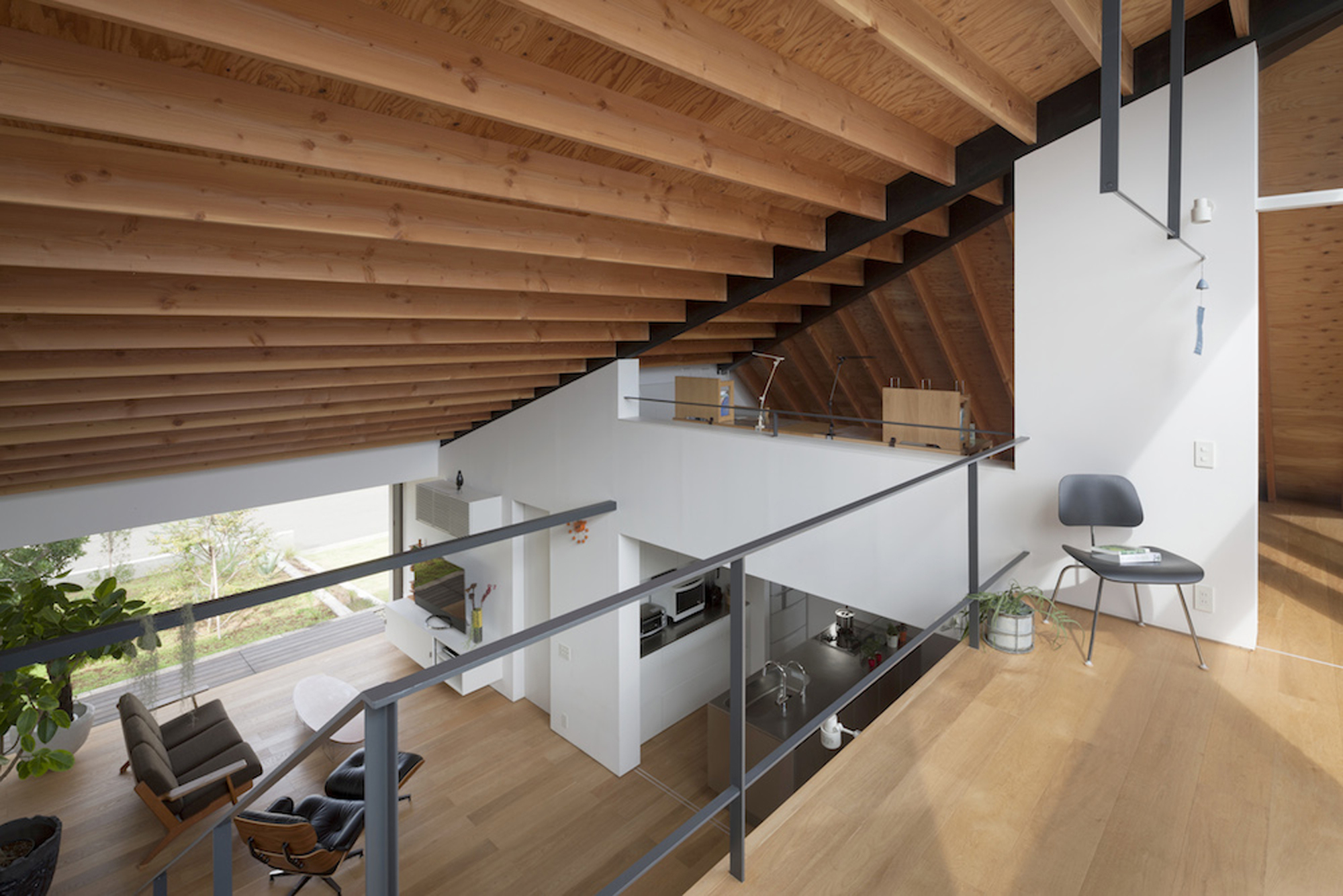 52eb1fdbe8e44e981a0000a5_house-with-a-large-hipped-roof-naoi-architecture-design-office_housewithlhr_34