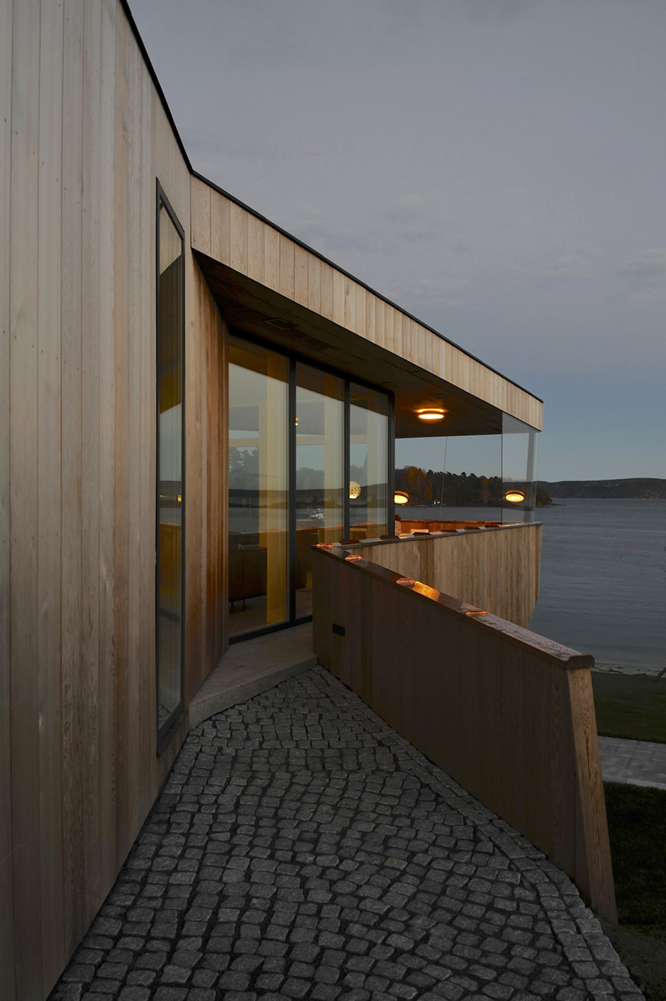 533b8686c07a807cd500007e_casa-dividida-jva_splithouse_exterior_04_outside_gallery