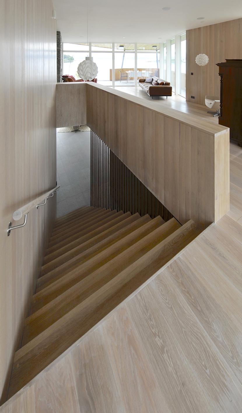 533b870dc07a807cd5000084_casa-dividida-jva_splithouse_interior_living_room_staircase